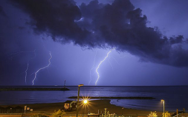 Lightning over Ashkelon, November 16, 2015. (Edi Israel/Flash90)