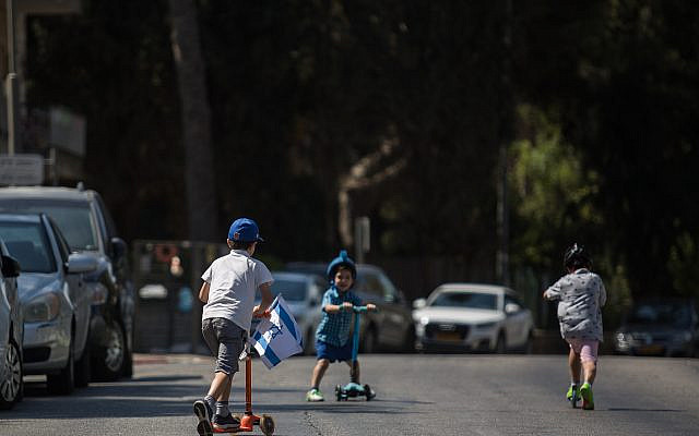 Israelis children take advantage of the empty roads in Jerusalem on Yom Kippur, the Day of Atonement. September 19, 2018. (Hadas Parush/Flash90)