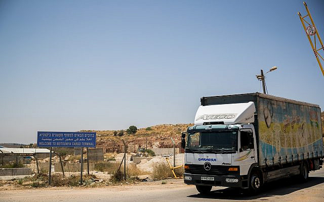 A truck crossing at the Beitunia crossing, near the West Bank city of Ramallah, June 25, 2019.  (Yonatan Sindel/Flash90)