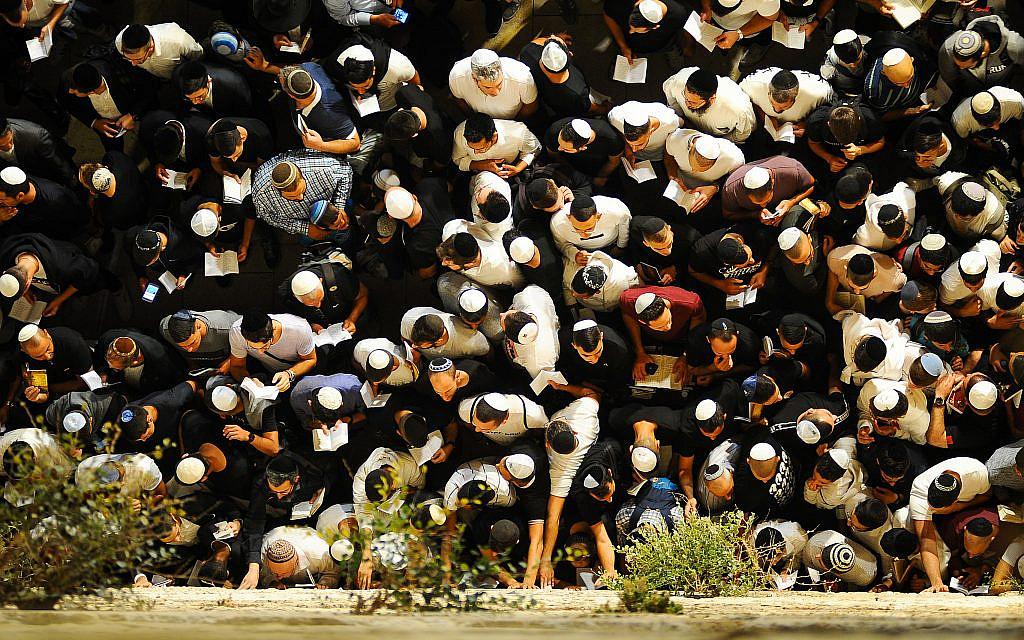 Rabbis call for mass Western Wall prayer for coronavirus patients