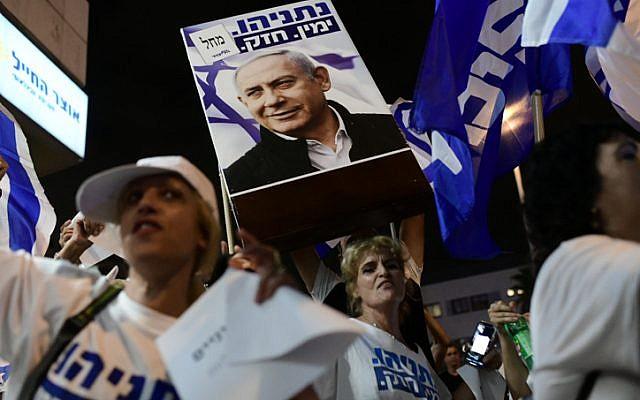 Israelis demonstrate in support of Prime Minister Benjamin Netanyahu outside the house of Attorney General of Israel, Avichai Mandelblit on October 1, 2019. (Tomer Neuberg/Flash90)