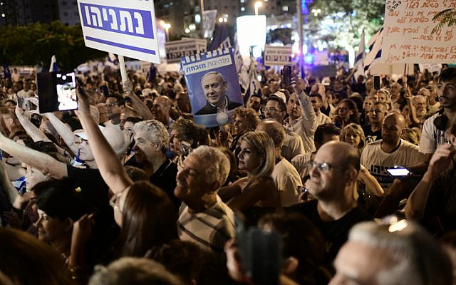 Demonstrators back Prime Minister Benjamin Netanyahu during his corruption hearings near the home of Attorney General Avichai Mandelblit, on October 5, 2019. (Tomer Neuberg/Flash90)