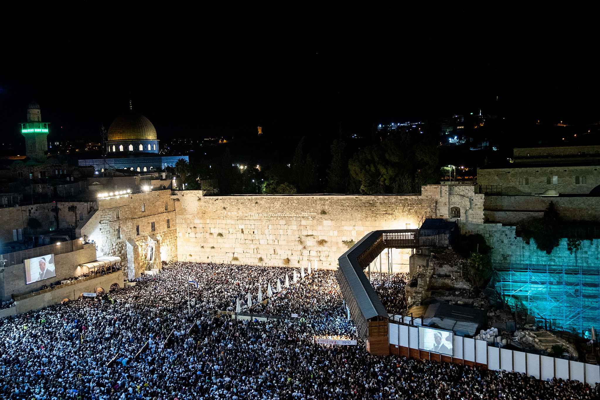 Tens of Thousands Worship at Western Wall Ahead of Yom Kippur
