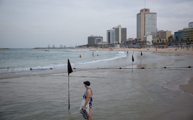 A beach in Tel Aviv is nearly empty as temperatures drop across Israel, October 23, 2019. (Miriam Alster/Flash90)