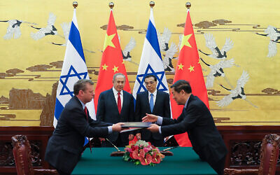 Prime Minister Benjamin Netanyahu, center left, and Chinese Premier Li Keqiang, center right, attend a signing ceremony at the Great Hall of the People in Beijing, March 20, 2017. (Lintao Zhang/Pool Photo via AP)