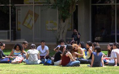 Students on the campus of Ben Gurion University in Beersheva, May 8 2013. (Dudu Greenspan/Flash90)
