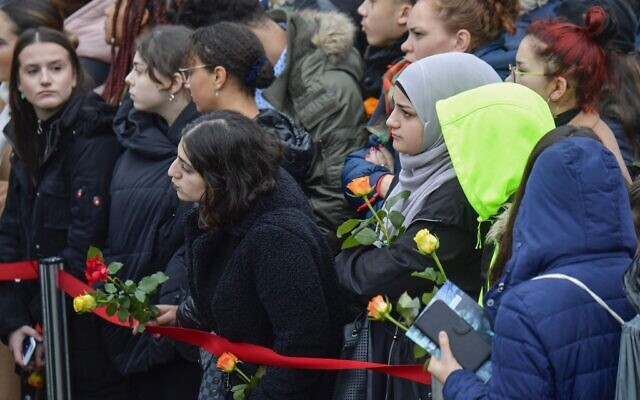 Spectators holding roses attend the central commemoration ceremony for the 30th anniversary of the fall of the Berlin Wall, on November 9, 2019 at the Berlin Wall Memorial at Bernauer Strasse in Berlin (Tobias SCHWARZ / AFP)