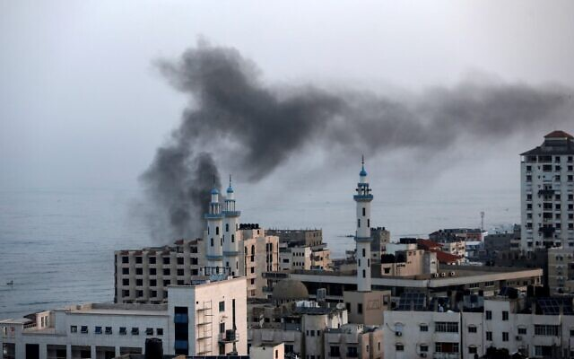 Smoke rises after an Israeli airstrike in Gaza City on November 13, 2019. (MAHMUD HAMS / AFP)