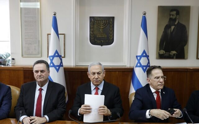 Prime Minister Benjamin Netanyahu, center, Foreign Minister Israel Katz, left, and Cabinet Secretary Tzachi Braverman at a cabinet meeting in Jerusalem, November 13, 2019. (Ronen Zvulun/Pool/AFP)