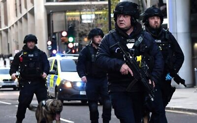 Armed police with dogs patrol along Cannon Street in central London, on November 29, 2019 after a stabbing attack on London Bridge. (Ben STANSALL / AFP)