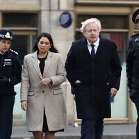 Britain's Prime Minister Boris Johnson, (2R), Home Secretary Priti Patel, (2L), Metropolitan Police Commissioner Cressida Dick (L) and Commissioner of the City of London Police, Ian Dyson arrive at the scene of a stabbing, on London Bridge in the City of London on November 30, 2019 (SIMON DAWSON / POOL / AFP)