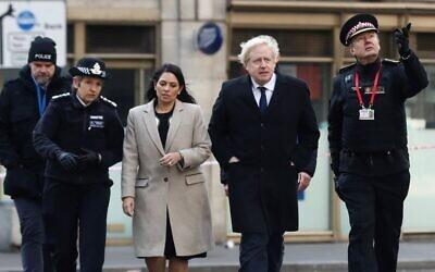 Britain's Prime Minister Boris Johnson, (2R), Home Secretary Priti Patel, (2L), Metropolitan Police Commissioner Cressida Dick (L) and Commissioner of the City of London Police, Ian Dyson arrive at the scene of a stabbing, on London Bridge in the City of London on November 30, 2019 (SIMON DAWSON / POOL / AFP)