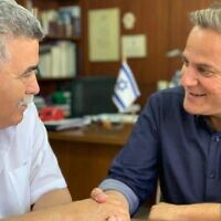 Labor chairman Amir Peretz (L) shakes hands with Meretz chairman Nitzan Horowitz on July 17, 2019. (Courtesy)
