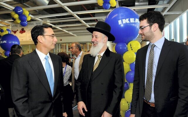 Matthew (L) and Jeremy Bronfman with Chief Rabbi Yona Metzger at IKEA's opening in 2012. (Flash 90)