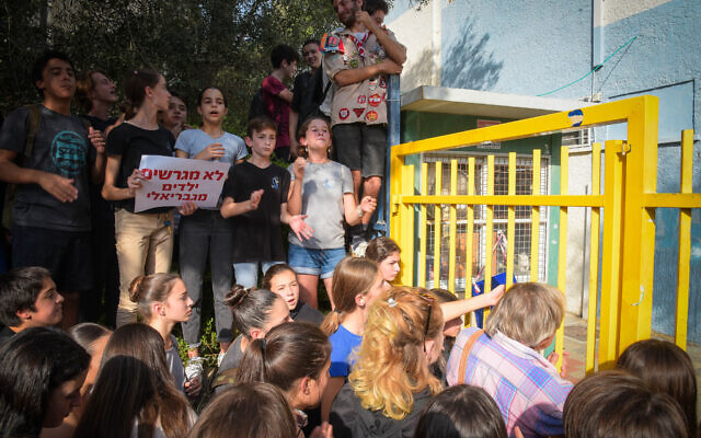 Students protest against deportation of their classmates who were arrested alongside their parents by immigration authorities, outside Gabrieli school in Tel Aviv, November 7, 2019. (Avshalom Sassoni/Flash90)