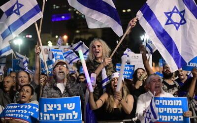 Supporters of Prime Minister Benjamin Netanyahu demonstrate outside the Tel Aviv Museum on November 9, 2019. (Tomer Neuberg/Flash90)