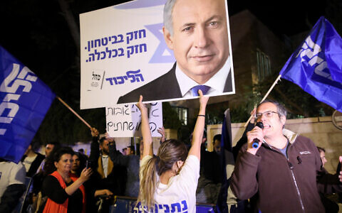 Supporters of Israeli Prime Minister Benjamin Netanyahu demonstrate outside PM Netanyahu's residence in Jerusalem on November 21, 2019. (Noam Revkin Fenton/FLASH90)