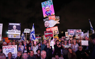 Activists protest against Prime Minister Benjamin Netanyahu calling on him to resign, at Habima Square in Tel Aviv, on November 30, 2019. (Photo: Miriam Alster/FLASH90)