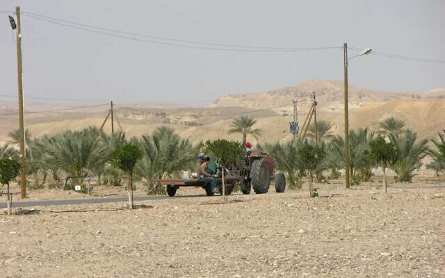 An agricultural vehicle in the Tzofar area in the Arava region on the Israel-Jordan border, leased to Israel by Jordan as part of the 1994 peace agreement, in February 2007. (Chaver83/Wikimedia Commons)