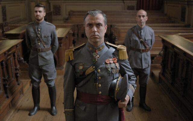 """השחקן הפורטוגלי רודריגו סנטוס, המרכז, מציג את ארטור קרלוס דה בארוס באסטו בצילומי הסרט """"ספרד"""" בשנת 2018 בפורטו, פורטוגל.  (באדיבות / JTA)"""