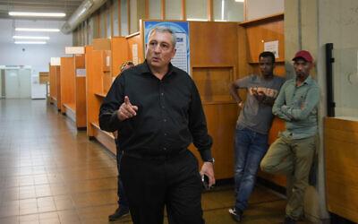 Nir Hefetz arrives at court in Tel Aviv, November 10, 2019. (Avshalom Sassoni/Flash90)