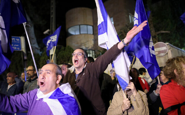 Supporters of Prime Minister Benjamin Netanyahu demonstrate outside his residence following the announcement by Attorney General Avichai Mandelblit that he will charge the premier in three graft cases, November 21, 2019. (Noam Revkin Fenton/Flash90)