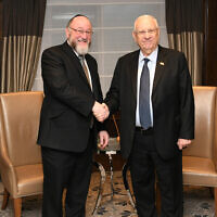 President Reuven Rivlin meets with UK Chief Rabbi Ephraim Mirvis in London, November 27, 2019. (Amos Ben Gershom/GPO)
