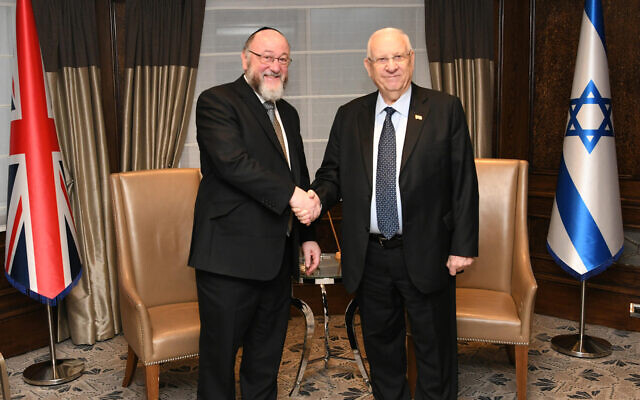 President Reuven Rivlin meets with UK Chief Rabbi Ephraim Mirvis in London, November 27, 2019. (Amos Ben Gershom/GPO)