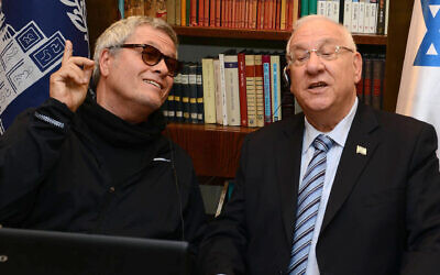 Shlomo Artzi, left, and Israeli President Reuven Rivlin sing together, April 13, 2015. (Courtesy of the Spokesperson of the President of Israel via JTA)