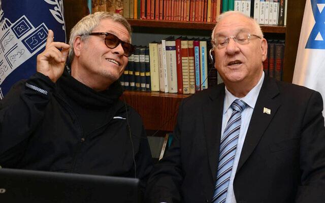 Shlomo Artzi, left, and Israeli President Reuven Rivlin sing together, April 13, 2015. (Courtesy of the Spokesperson of the President of Israel via JTA)