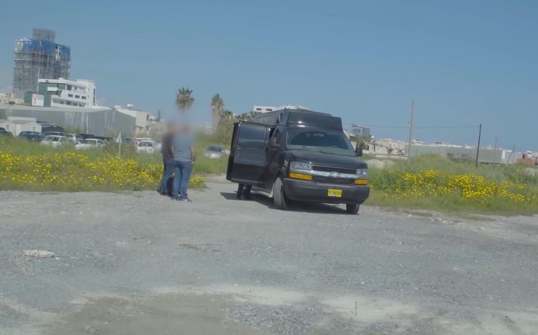 KIPARSKA POLICIJA ZAPLIJENILA KOMBI KRCAT NAPREDNOM OPREMOM ZA ŠPIJUNIRANJE: Saslušan vlasnik kombija, izarelski državljanin, koji je  vozilo oglašavano i iznajmljivano za priskuškivanje i drugo špijuniranje građana!
