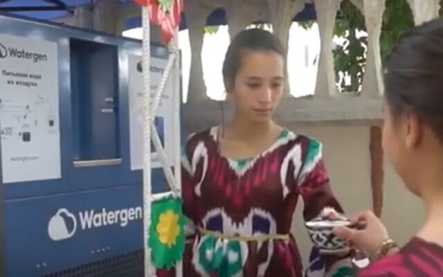 Girls in Bukahara, Uzbekistan, try out the technology of Israeli company Watergen, which makes drinking water out of air. (Youtube screenshot)