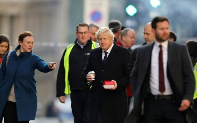 Britain's Prime Minister Boris Johnson (C) visits the scene of a stabbing on London Bridge in the City of London on November 30, 2019. (Simon Dawson/Pool/AFP)