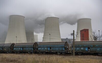 Smoke and vapor rising from the cooling towers and chimneys of the lignite-fired Jaenschwalde Power Station near Peitz, eastern Germany, on November 30, 2019. (John MACDOUGALL /AFP)
