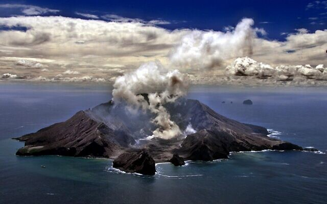 A file photo of New Zealand's most active volcano on White Island in the Bay of Plenty giving off dense plumes of steam and gas, November 29, 1999. (Photo by TORSTEN BLACKWOOD / AFP)