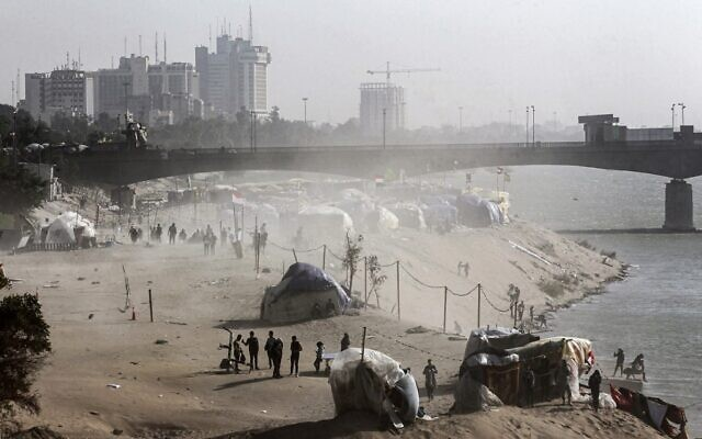 This picture taken on December 25, 2019 shows a view of tents in a sit-in along the Tigris river near the Senak bridge erected by anti-government protesters in the capital Baghdad. (Photo by AHMAD AL-RUBAYE / AFP)