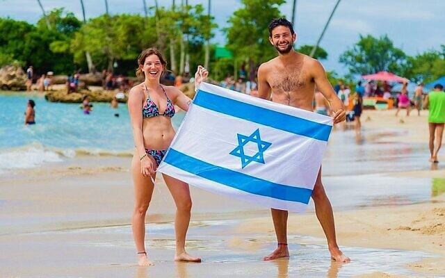 An Israeli couple at Second Beach in Morro de Sao Paulo, Brazil. (Renato Santana/ CORREIO/ via JTA)