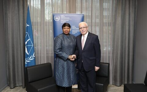 ICC Prosecutor Fatou Bensouda (left) with Palestinian Foreign Minister Riyad al-Maliki on the sidelines of the ICC Assembly of States Parties in The Hague, December 2, 2019 (courtesy International Criminal Court)