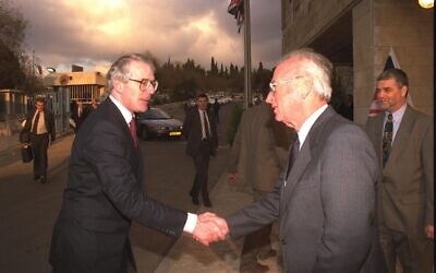 Prime minister Yitzhak Rabin greets his British counterpart John Major at the Prime Minister's Office in Jerusalem. (Government Press Office)