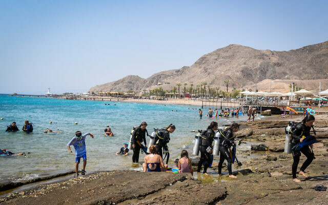 Israelis at the beach in the southern Israeli city of Eilat, August 27, 2019. (Flash90)