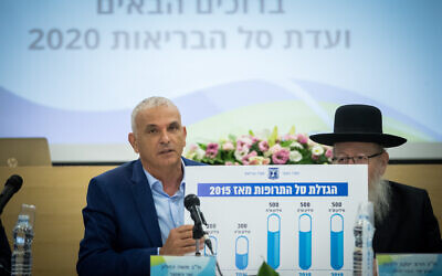 Finance Minister Moshe Kahlon, left, and Deputy Health Minister Yaakov Litzman attend a conference discussing the 2020 health budget at the Health Ministry, on September 1, 2019. (Yonatan Sindel/Flash90)