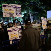 Religious Israelis protest against Tel Aviv municipality Shabbat bus service outside the home of Tel Aviv Mayor Ron Huldai in Tel Aviv, December 14, 2019. (Tomer Neuberg/Flash90)