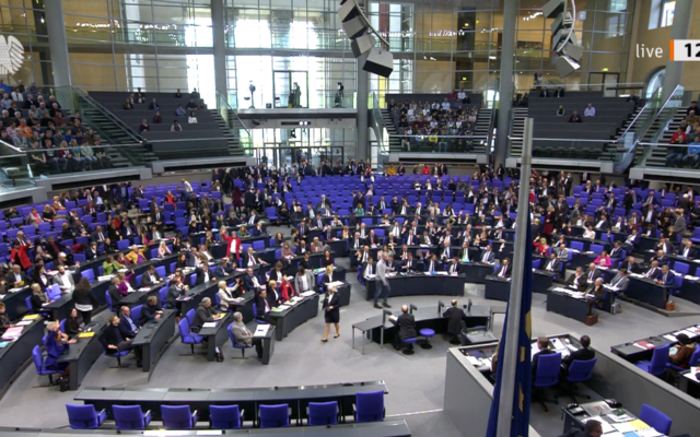 The Bundestag votes in favor of a resolution calling on the German government to ban Hezbollah activities in Germany, December 19 (courtesy Bundestag.de)