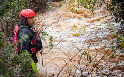 Rescue teams search for a teen boy who was caught in a flood near the northern village of Yarka, December 26, 2019. (Meir Vaknin/Flash90)