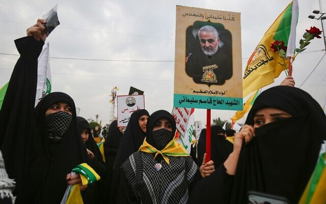 Supporters of the Hashed al-Shaabi paramilitary force and Iraq's Hezbollah brigades attend the funeral of Iranian military commander Qasem Soleimani (portrait) and Iraqi paramilitary chief Abu Mahdi al-Muhandis in Baghdad's district of al-Jadriya, in Baghdad's high-security Green Zone, on January 4, 2020 (Ahmad AL-RUBAYE / AFP)