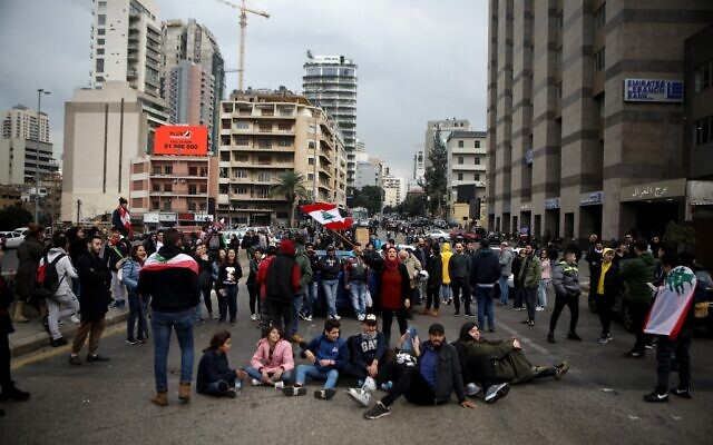 Lebanese demonstrators block the main bridge linking the western and eastern sides of the capital Beirut, to protest against a political elite accused of corruption and incompetence, on Janury 17, 2020 (PATRICK BAZ / AFP)