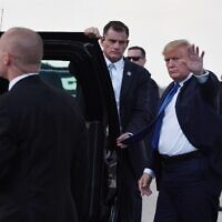 US President Donald Trump waves before departing Palm Beach International Airport in West Palm Beach, Florida January 17, 2020. (Nicholas Kamm / AFP)