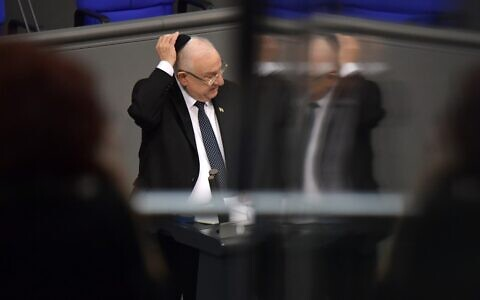 Israeli President Reuven Rivlin puts a Jewish kipa over his head as he adresses the parliament during a parliamentary session in homage to Nazi victims at the Bundestag on January 29, 2020 in Berlin. (Tobias SCHWARZ / AFP)