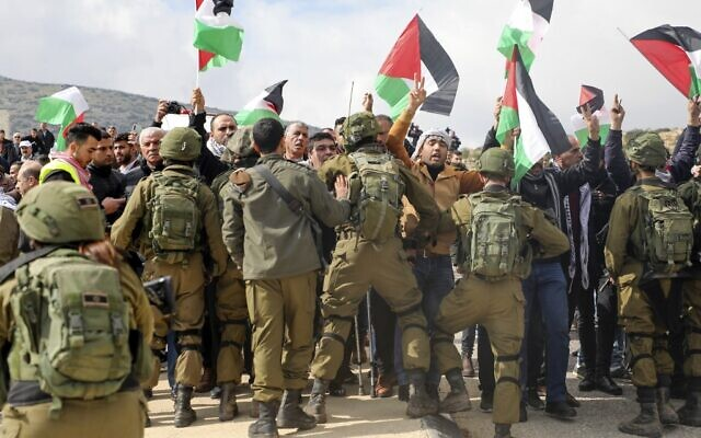 Palestinian demonstrators are surrounded by Israeli soldiers during a demonstration near the West Bank village of Tubas, near the Jordan Valley, on January 29, 2020, during a demonstration against the US President Donald Trump's peace proposals. (Jaafar ASHTIYEH / AFP)