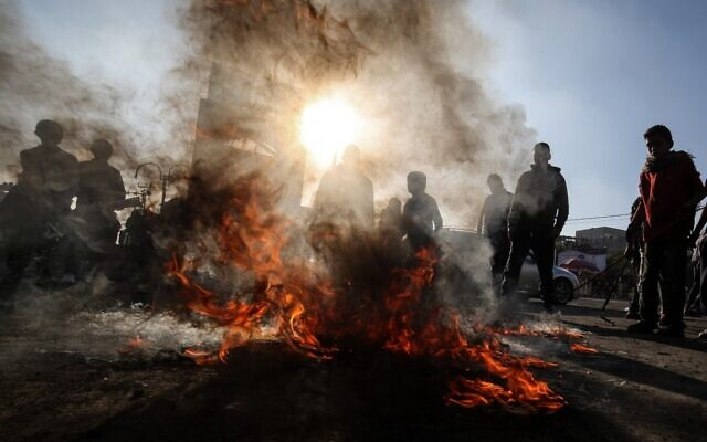 Palestinian demonstrators burn tires during a demonstration against a US brokered Middle East peace plan, in Rafah in the southern Gaza Strip, on January 29, 2020. (SAID KHATIB / AFP)